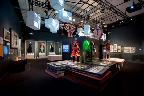 Bowie-exhibit-victoria-albert-museum